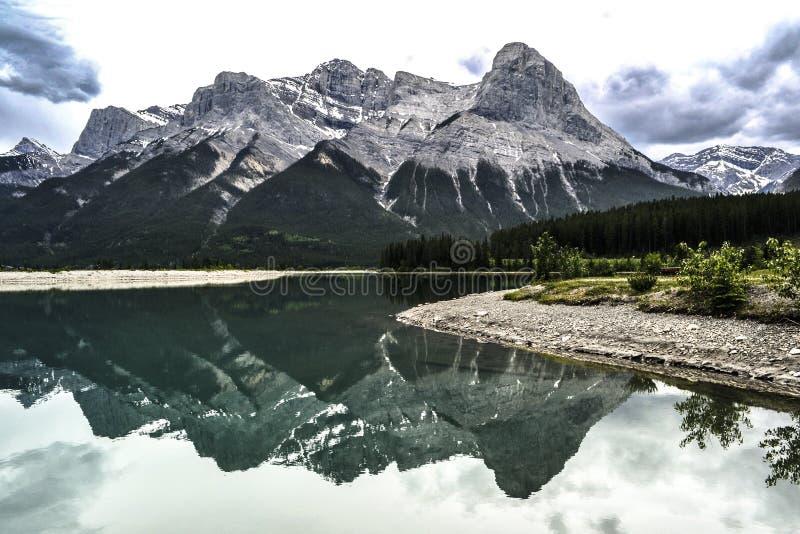 Riflessioni perfette della montagna fotografia stock libera da diritti