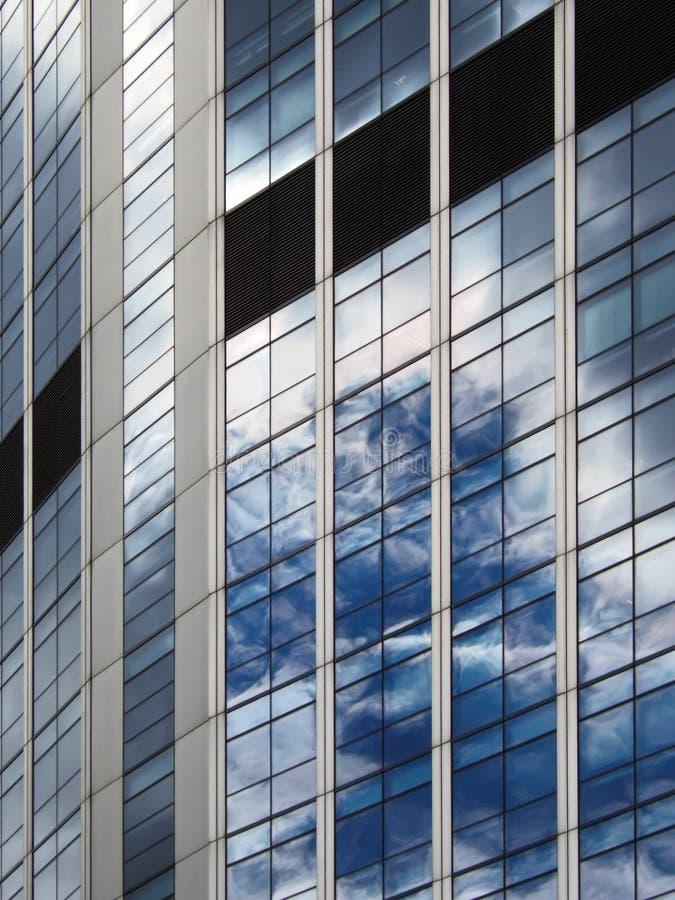 Riflessioni su un edificio per uffici moderno immagine stock libera da diritti