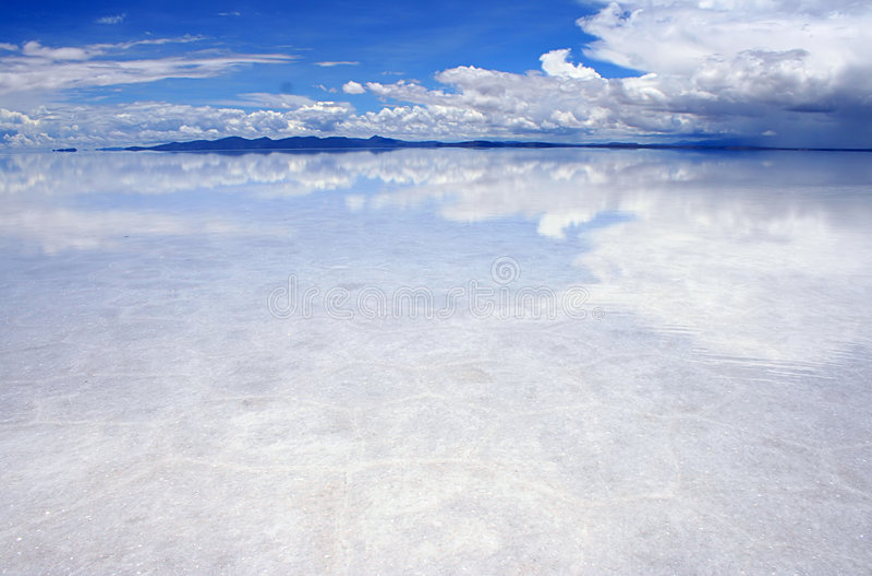 Riflessioni sui saltflats fotografia stock