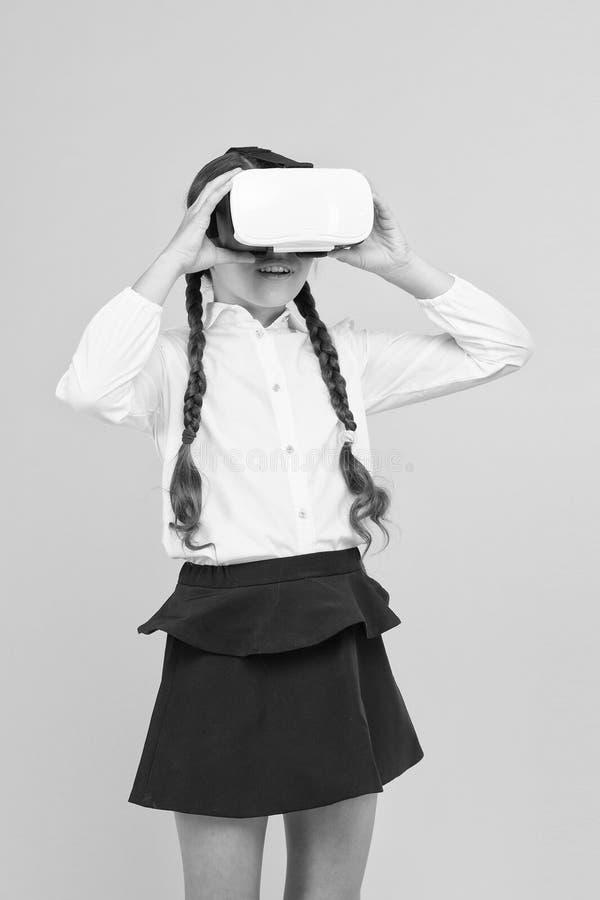 Riflessioni sulla realtà virtuale immersa nelle vere aule Cambiando le esperienze digitali impariamo e creiamo fotografie stock libere da diritti