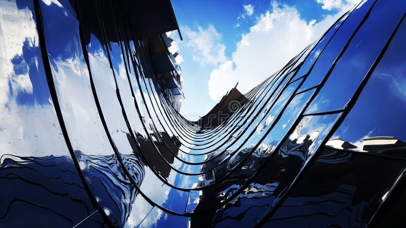 Riflessioni in una costruzione curva e d'acciaio immagine stock libera da diritti