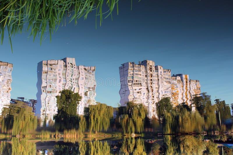 Riflessioni urbane nel lago immagine stock