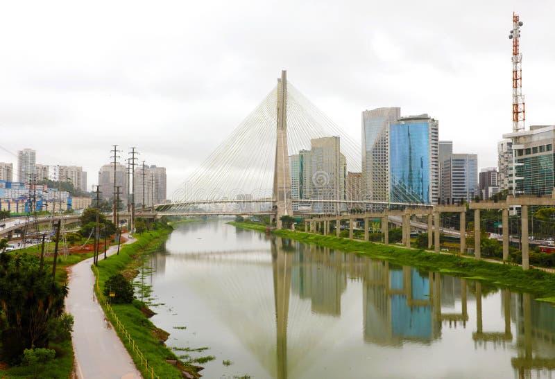 Riflesso del ponte di Estaiada del punto di riferimento della città di Sao Paulo nel fiume di Pinheiros, Sao Paulo, Brasile immagini stock