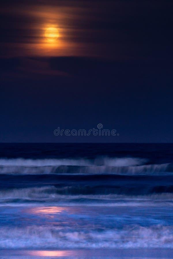 Riflesso di luce della luna sul mare immagini stock