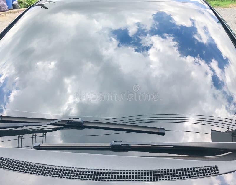 Rifletta del cielo sull'automobile fotografie stock