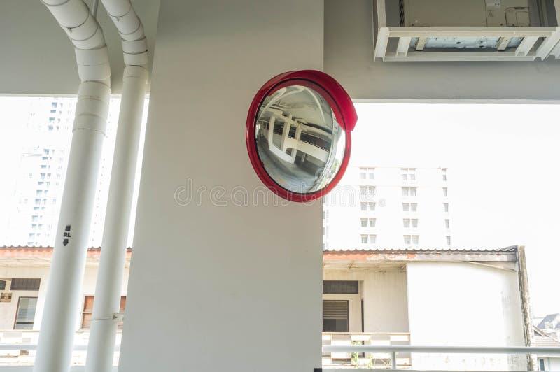 Rifletta lo specchio nel parcheggio dell'automobile immagini stock