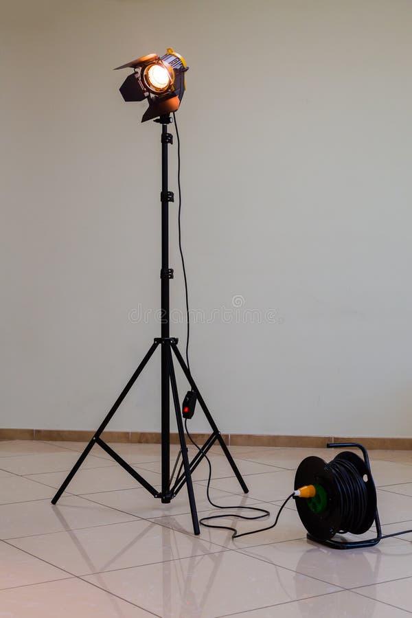 Riflettore con la lampada alogena e la lente di Fresnel Materiale di illuminazione per fotografia o la videografia dello studio fotografia stock libera da diritti