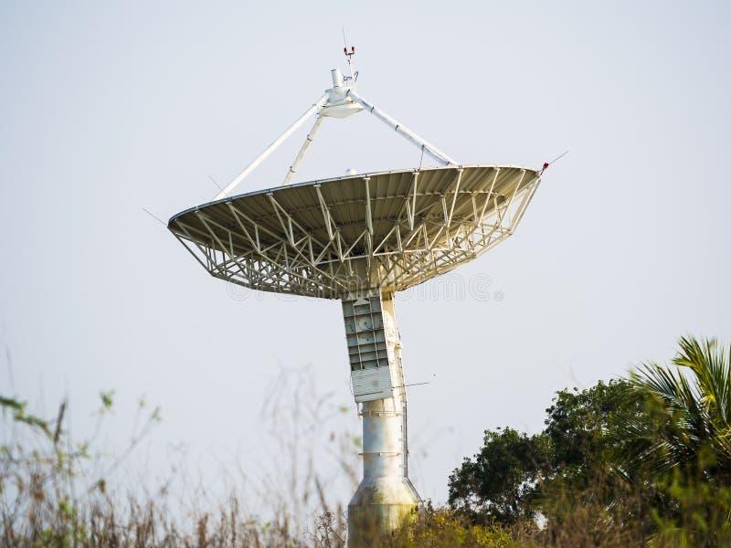 Riflettore parabolico che riceve il segnale di dati immagini stock libere da diritti
