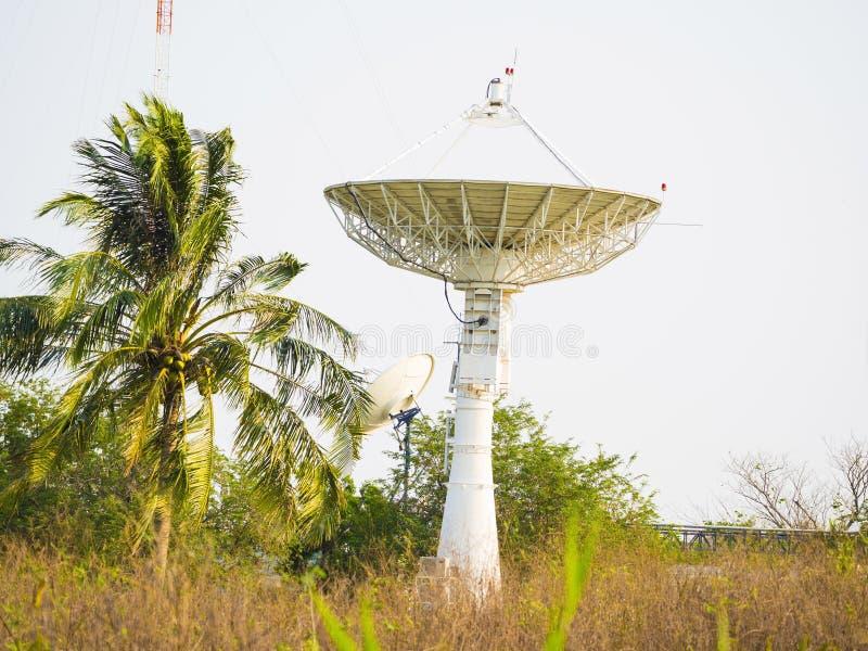 Riflettore parabolico che riceve il segnale di dati per la comunicazione fotografie stock