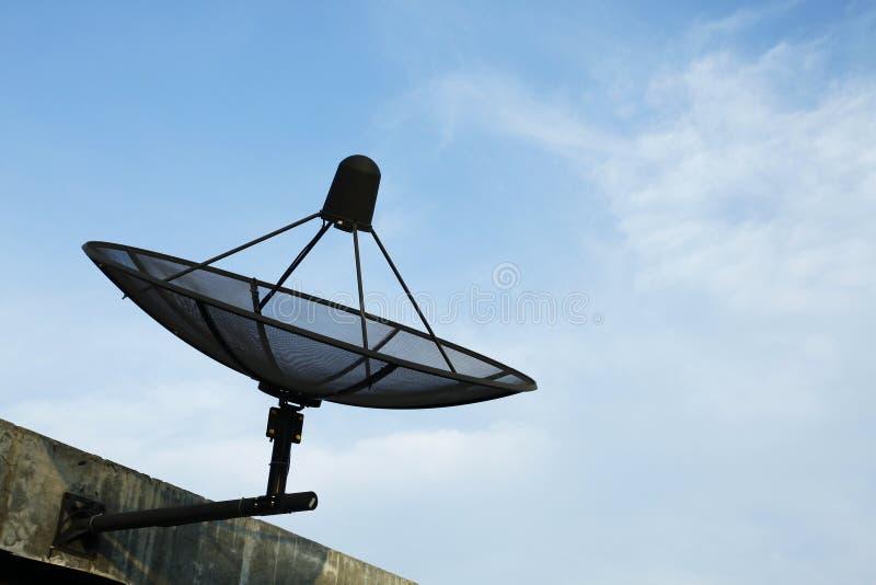 Riflettore parabolico in cielo blu fotografia stock