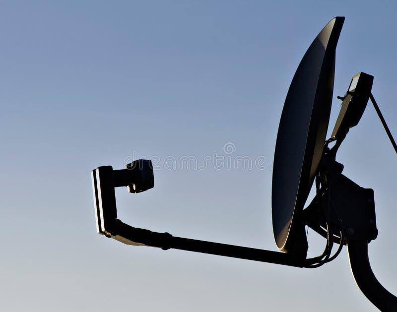 Riflettore parabolico domestico in cielo blu vuoto immagini stock