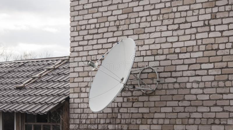 Riflettore parabolico montato su un muro di mattoni immagini stock libere da diritti