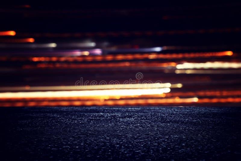 Riflettore sopra il pavimento di calcestruzzo Fondo del nero scuro fotografia stock libera da diritti