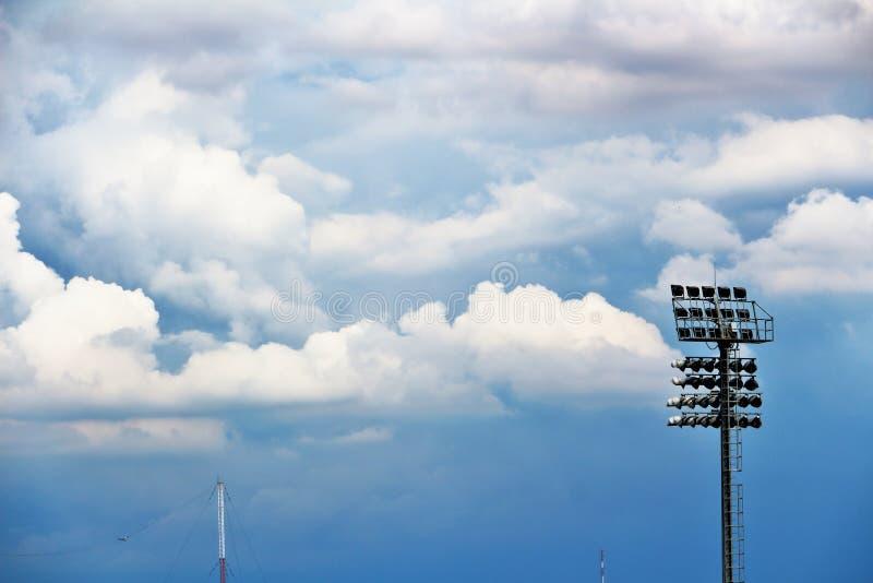 Riflettori, riflettori nello stadio e cieli blu e nuvole fotografie stock