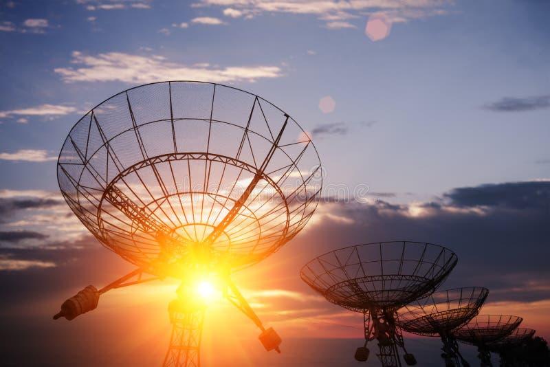 Riflettori parabolici con il cielo fotografia stock libera da diritti