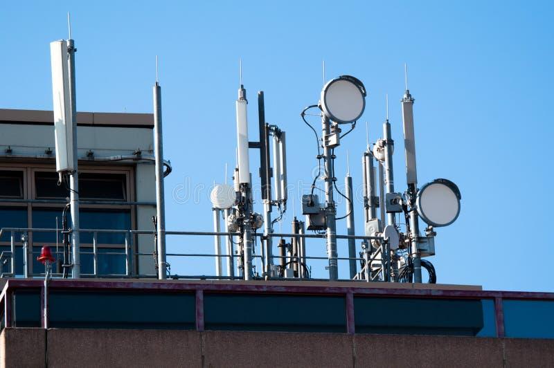 Riflettori parabolici ed antenne di comunicazione fotografia stock