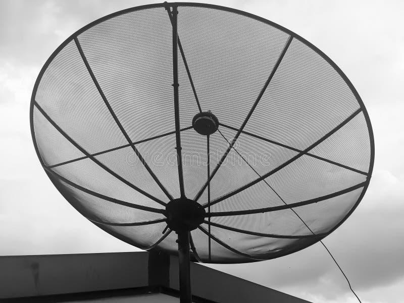 Riflettori parabolici sopra costruzione immagine stock