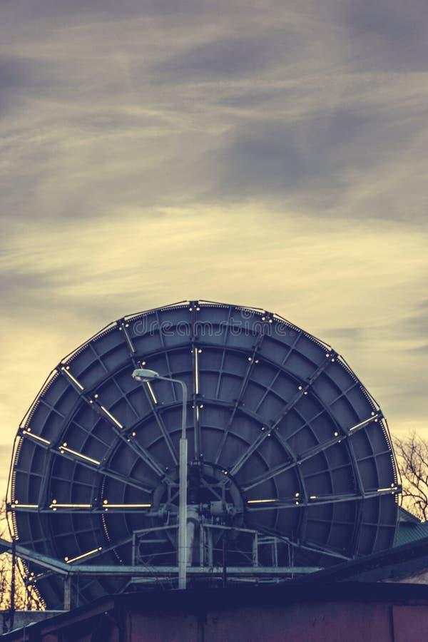 Riflettori parabolici in Voronež, Russia di matrice molto grande Fondo del cielo di tramonto immagini stock