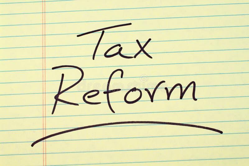 Riforma fiscale su un blocco note giallo immagine stock