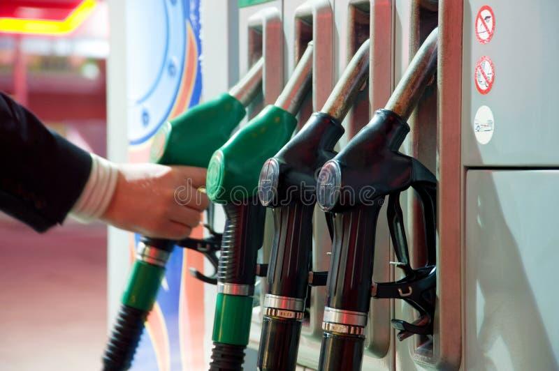Rifornendo di carburante sulla stazione di servizio fotografia stock