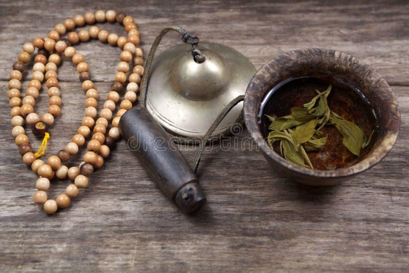 Rifornimenti del buddista con la tazza del tè di zen immagine stock