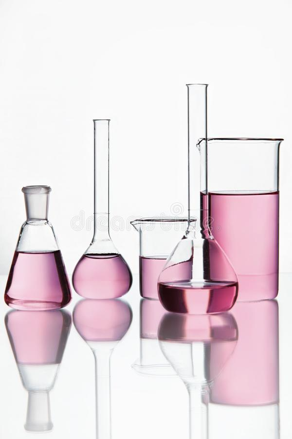 Rifornimenti del laboratorio Cristalleria con liquido chimico variopinto immagini stock