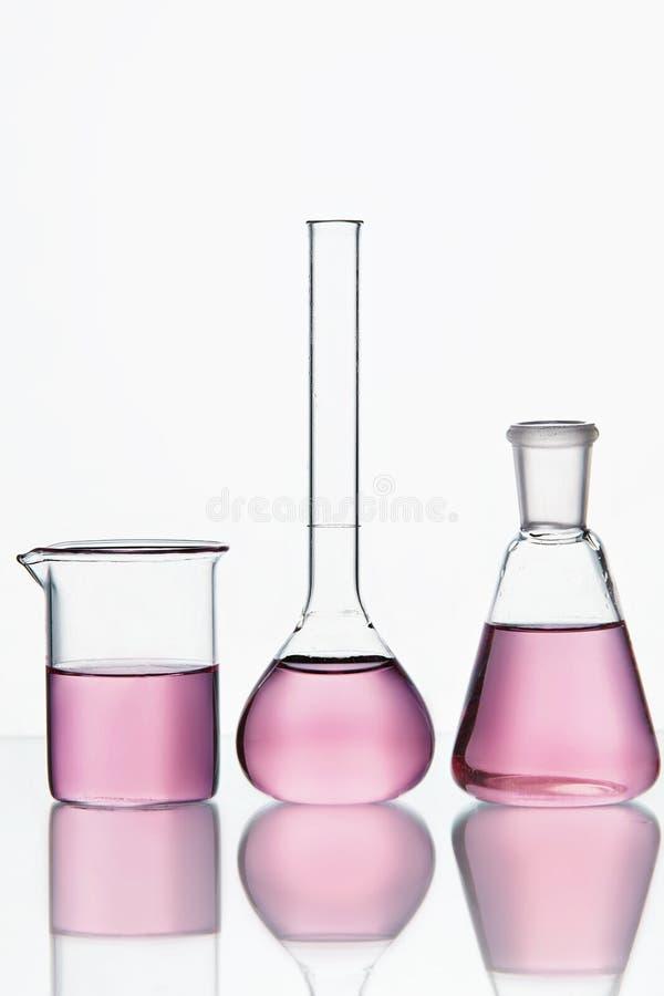 Rifornimenti del laboratorio Cristalleria con liquido chimico variopinto fotografie stock