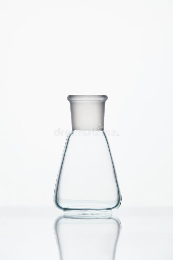 Rifornimenti del laboratorio Vetro trasparente su fondo bianco fotografia stock libera da diritti