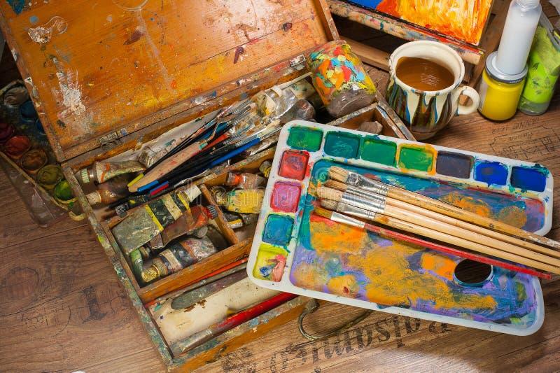 Rifornimenti di arte nell'atelier immagine stock libera da diritti