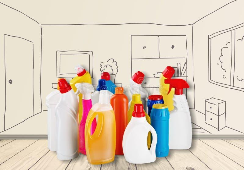 Rifornimenti di pulizia chimica sul fondo della tavola fotografia stock
