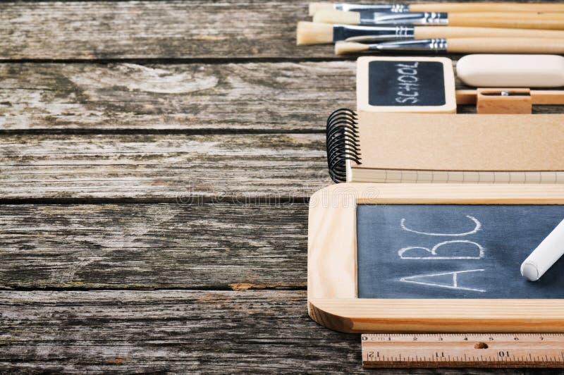 Rifornimenti di scuola nel tono marrone immagine stock libera da diritti