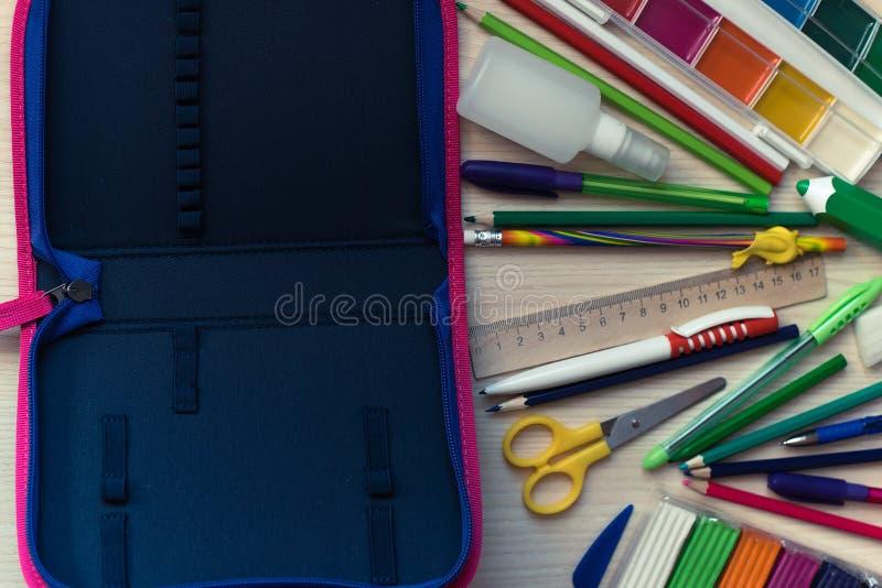 Rifornimenti di scuola sulla tavola di nuovo al concetto della scuola immagini stock libere da diritti