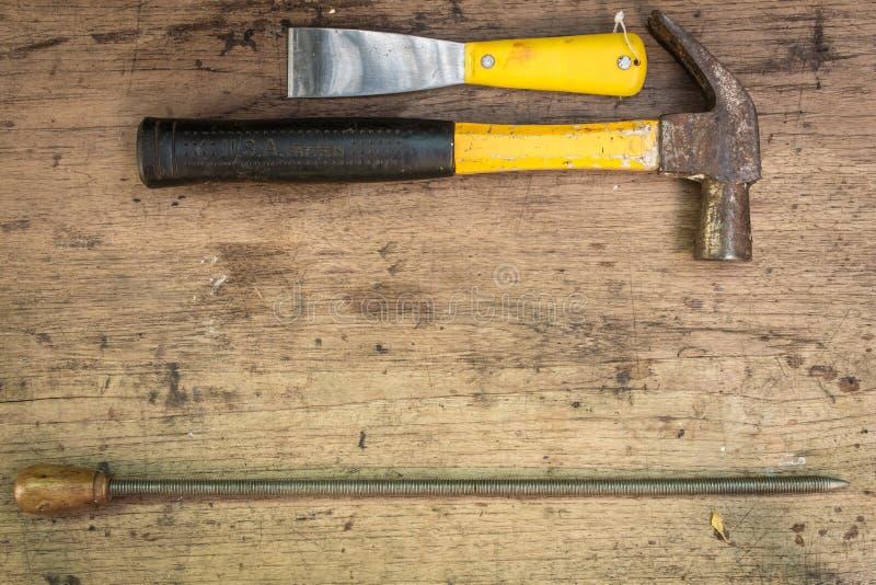 Rifornimenti differenti degli strumenti su un fondo di legno immagini stock
