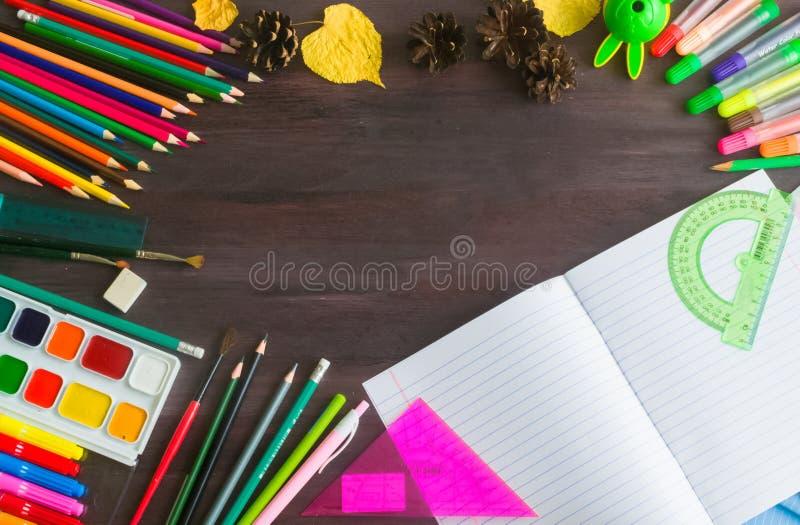 Rifornimenti ed accessori di scuola sul fondo della lavagna Concetto di nuovo alla scuola immagini stock