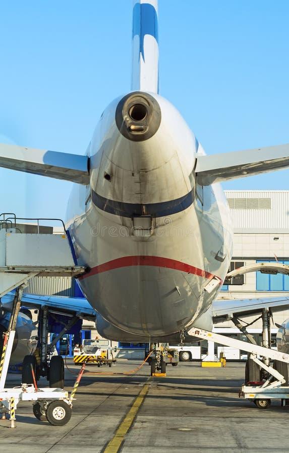 Rifornimento di carburante dell'aereo passeggeri immagine stock