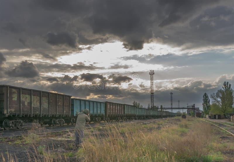 Rifornimento di combustibile per la centrale elettrica del carbone Vista scenica del tramonto con il fotografo industriale fotografia stock
