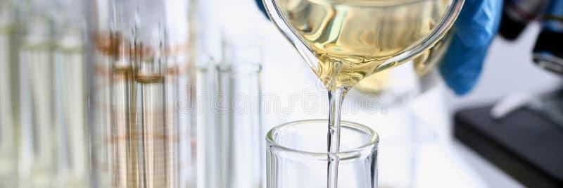Rifornimento innovatore rovesciato liquido giallo dell'additivo della benzina immagine stock