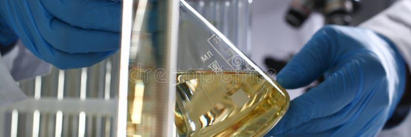 Rifornimento innovatore rovesciato liquido giallo dell'additivo della benzina immagine stock libera da diritti