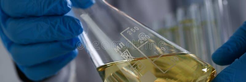 Rifornimento innovatore rovesciato liquido giallo dell'additivo della benzina fotografie stock