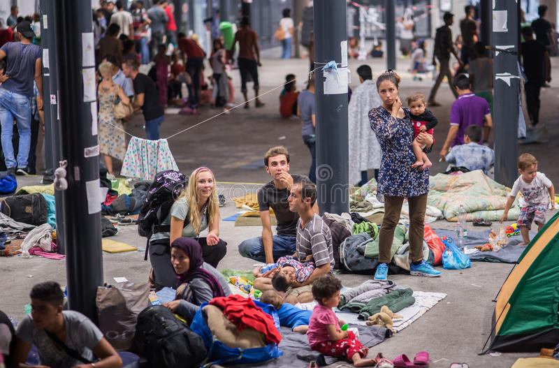 Rifugiati alla stazione ferroviaria di Keleti a Budapest fotografia stock libera da diritti