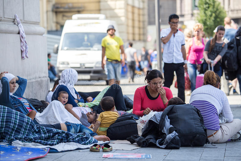 Rifugiati siriani alla stazione ferroviaria di Keleti a Budapest fotografie stock