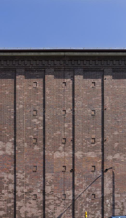 Rifugio antiaereo come alto bunker con la facciata del mattone nella città di Schweinfurt in Germania fotografia stock libera da diritti