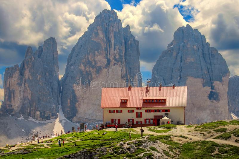 Rifugioen Locatelli och Tre Cime di Lavaredo Three Peaks Dolomites Italien arkivbilder