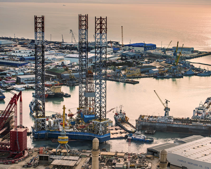 Rig Leaves Shipyard di perforazione fotografie stock