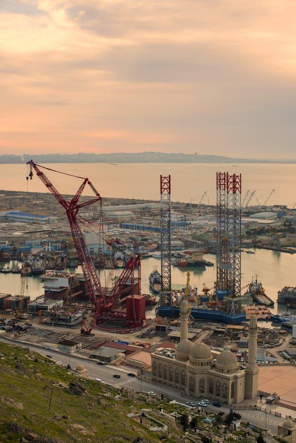Rig Leaves Shipyard di perforazione fotografia stock libera da diritti