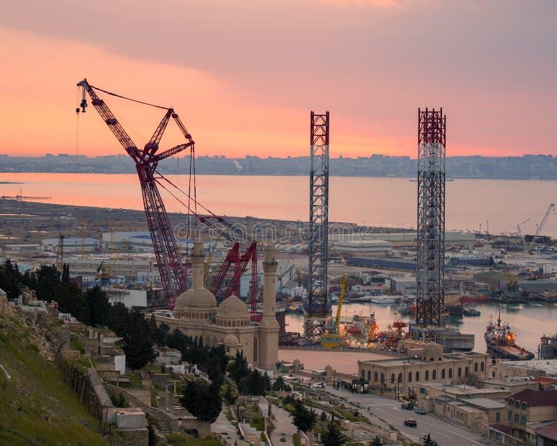 Rig Leaves Shipyard di perforazione fotografie stock libere da diritti