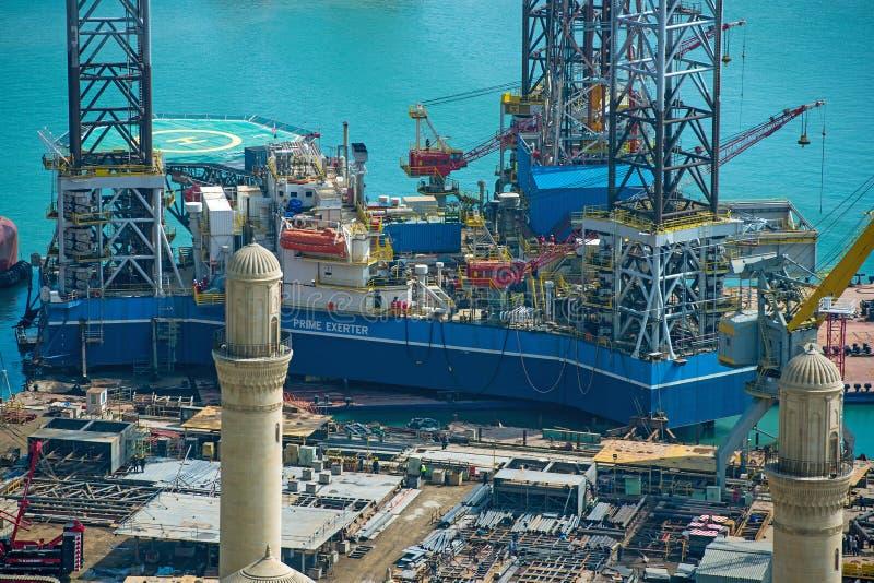 Rig Leaves Shipyard di perforazione immagine stock