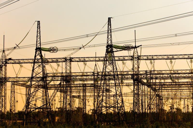 Riga ad alta tensione di trasmissioni di elettricità fotografia stock libera da diritti