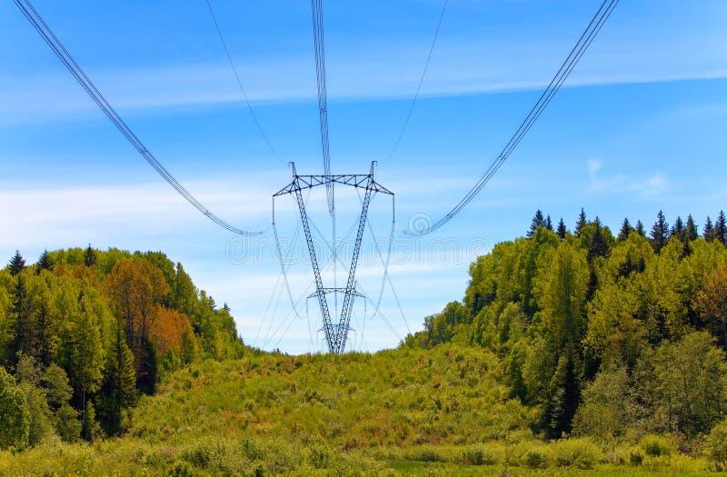 Riga ad alta tensione di trasmissioni di elettricità fotografia stock