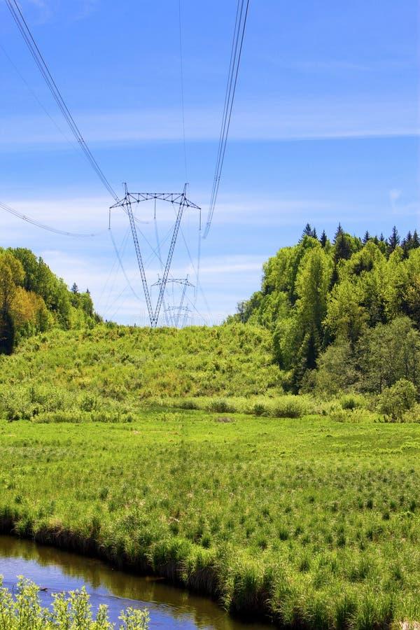 Riga ad alta tensione di trasmissioni di elettricità dentro fotografia stock